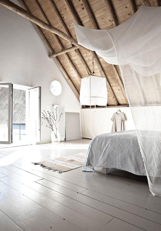 Ultra top esta gran habitación en el ático con decoración zen.  Colores vivos, alfombra, farol y velo de lino encima de la cama… ¡Una habitación a la que no le falta encanto!