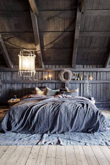 Organice un hermoso dormitorio original en estilo barroco debajo de los aleros: colchas y alfombra azul grisáceo, tonos de color que seguramente complacerán.