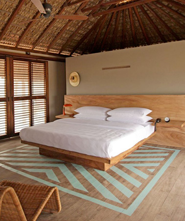 Un ático ultra original en una villa mexicana con una hermosa alfombra de pintura en el parquet.  Una decoración ideal para las vacaciones y para descansar en un ambiente relajante.