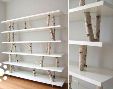 Para el almacenamiento decorativo de libros en la sala de estar, una estantería hecha con troncos y estantes de laminado blanco