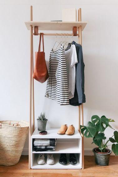 Un mini vestidor forrado con almacenamiento para zapatos con este armario hecho con estantes y barras de cortina de madera.