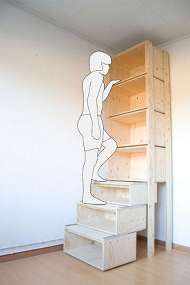 Aquí hay un consejo de almacenamiento que debe recordar para aprovechar al máximo la altura del techo.  los primeros armarios de almacenamiento de madera están apilados como escalones de escalera para facilitar el acceso a los armarios superiores