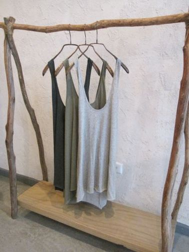 Para guardar la ropa en el dormitorio como una tienda, un vestidor hecho con madera flotante