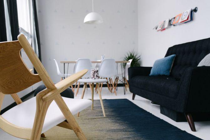 Sala y comedor con piso y alfombra blanca