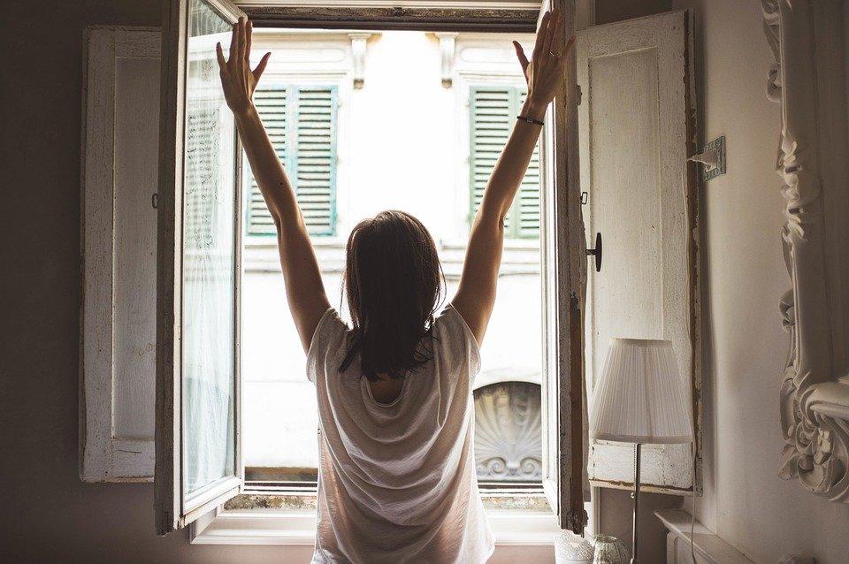 mujer frente a la ventana_Cita de renovación