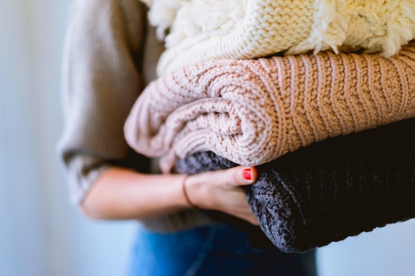 mujer sosteniendo laundry_Renovation Quote