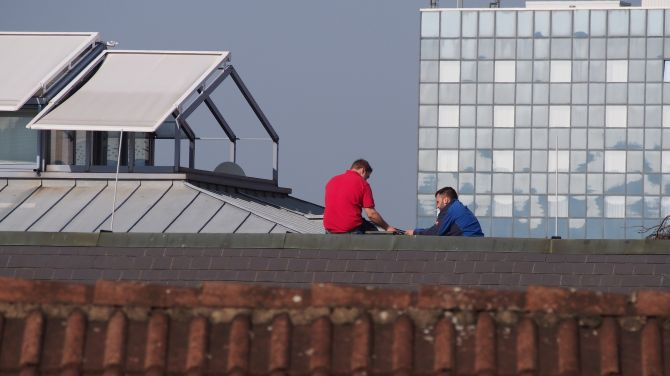 trabajadores en un techo