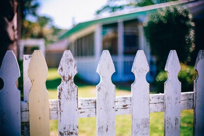 Valla y casa del vecino