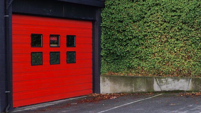 Puerta de estacionamiento y garaje