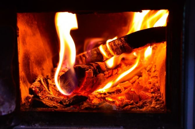 Fuego en una estufa de leña