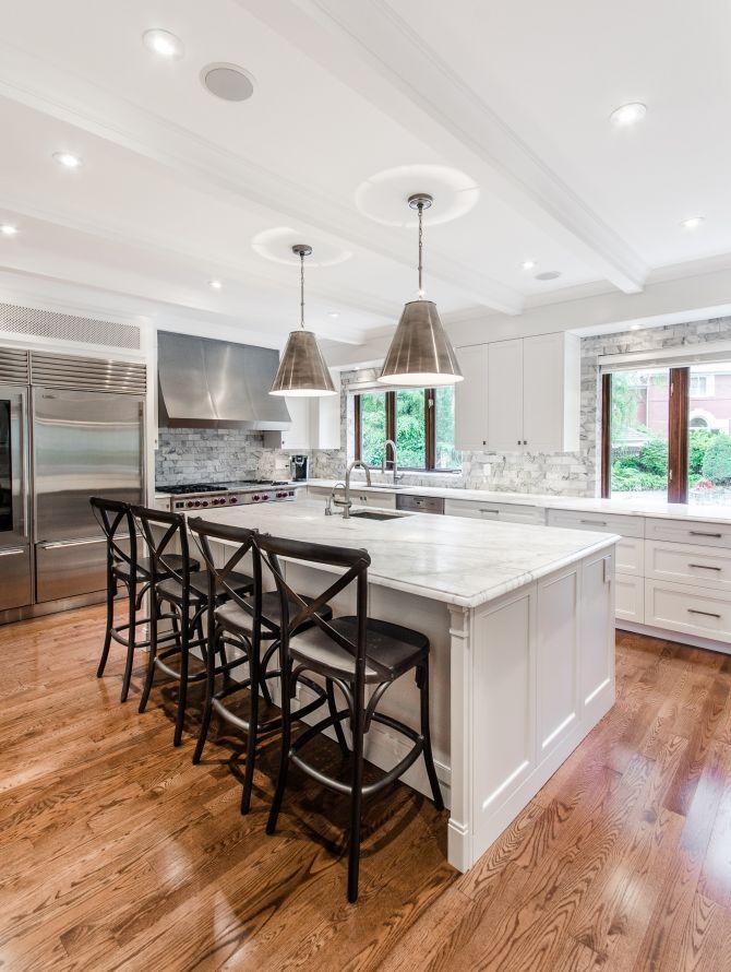 Cocina moderna y clásica con piso de madera.