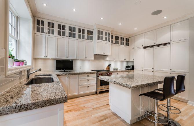 Cocina con gabinetes blancos