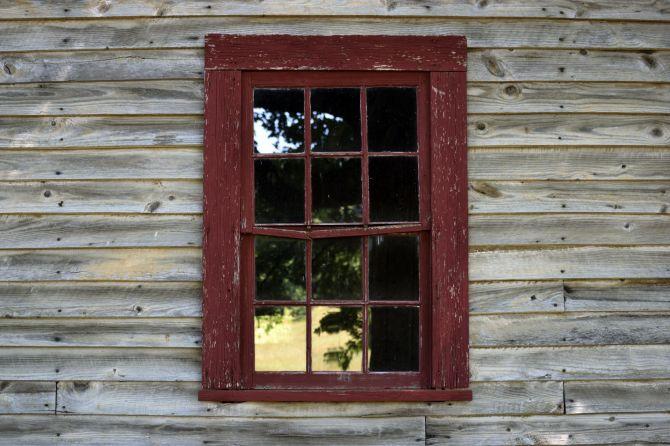 Ventana en casa de madera vieja