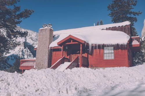 Escalera de la casa de nieve de invierno