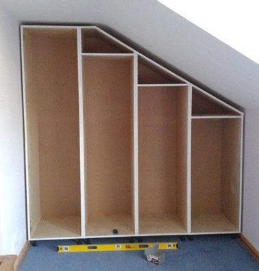 Para armar los estantes de un vestidor inclinado hecho en casa, use tablas cortadas a medida o compre bloques de estantes a la altura correcta.