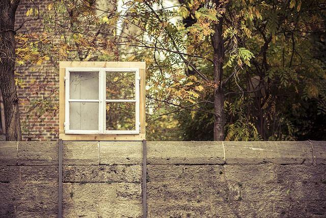 ventana de marco de madera