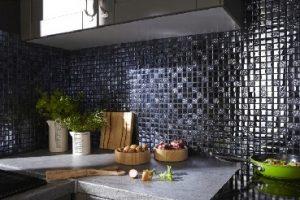 Instalar baldosas adhesivas como salpicadero es una idea que se usa a menudo para renovar una cocina sin romper el banco.  Fácil de instalar, olvidará su antigua decoración.