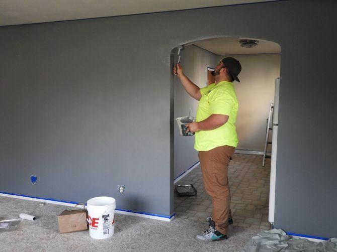 Hombre pintando en una habitación