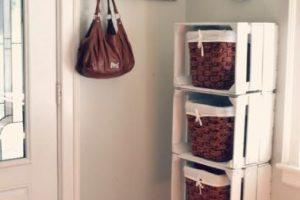 La entrada a la casa es decorativa y está bien organizada con cestas de mimbre colocadas en cajas de madera para guardar zapatos.