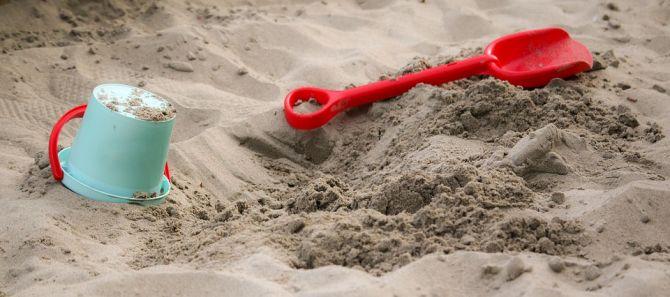 Juguetes de plástico en una caja de arena.