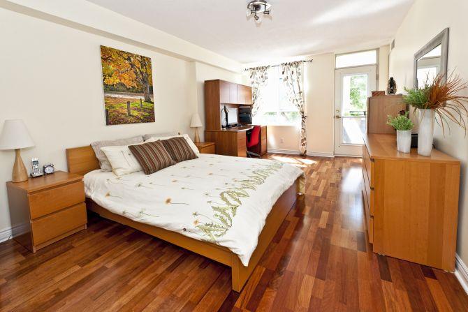 dormitorio con piso de madera