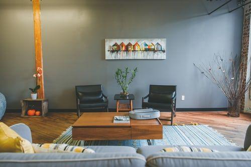 sala de estar azul grisáceo_Cita de renovación