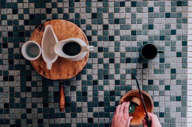 Superficie de baldosas con taza de café_Cita de renovación