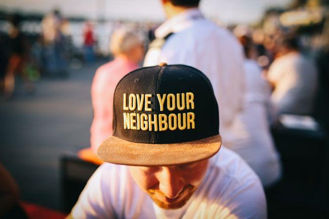 Ama a tu vecino gorra