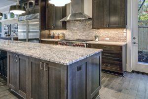 Instalar un protector contra salpicaduras en los azulejos en la cocina