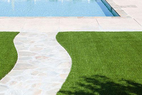Césped artificial bordeando la piscina