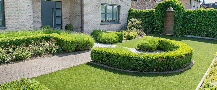jardín de diseño con césped artificial