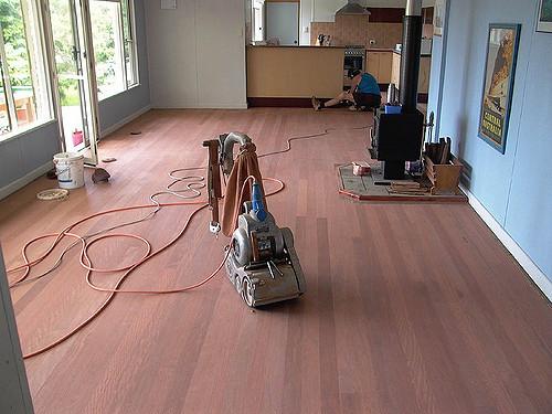 lijar un piso de madera
