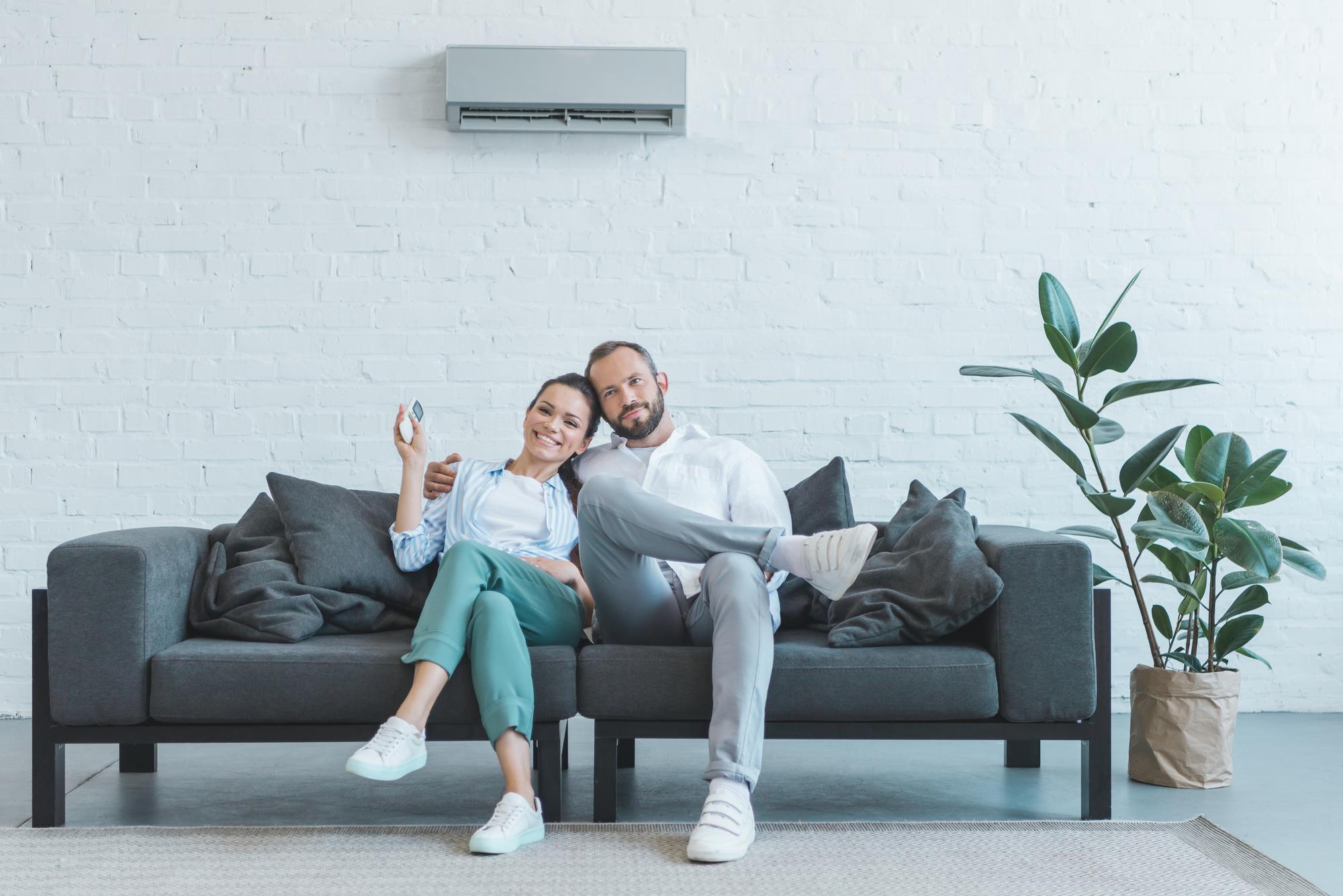 Aire acondicionado de pared en una sala de estar