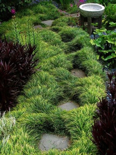 ¡Un jardín japonés sin un camino de piedra no es posible!  Embellece el espacio entre los escalones japoneses con matas de hierbas o plantas de hojas largas.