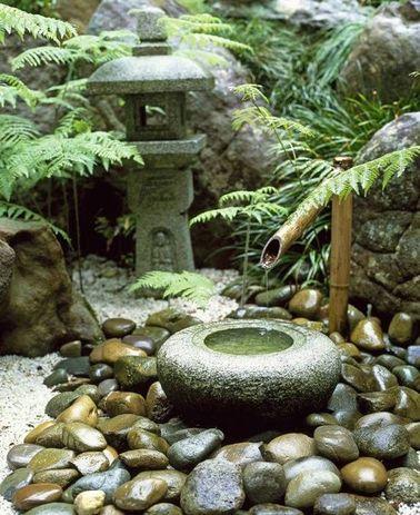 El jardín Zen tiene códigos muy específicos y, a menudo, tiene una fuente de piedra y bambú.  Los helechos combinan bien con este ambiente gracias a sus hojas ligeras.