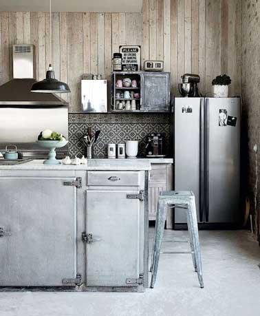 En esta cocina de versión vintage, el gris se combina con madera clara y aluminio cepillado.  Placa para salpicaduras de mosaico de azulejos en blanco y negro y decoración retro