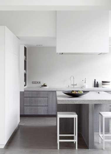 La cocina gris gráfica combina bien con el blanco en las paredes, muebles y taburetes de diseño.  Tono de gris con la encimera y la isla de piedra