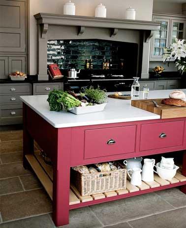 Cocina gris tradicional modernizada con una isla central recuperada pintada en rosa frambuesa.  Una combinación chic e impactante para despertar la neutralidad del gris