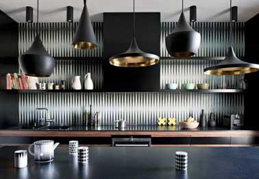 Choque, la cocina gris y negra sube con estilo con su salpicadero adhesivo efecto 3d.  Una decoración elegante y sobria suavizada con madera oscura y un color cobre