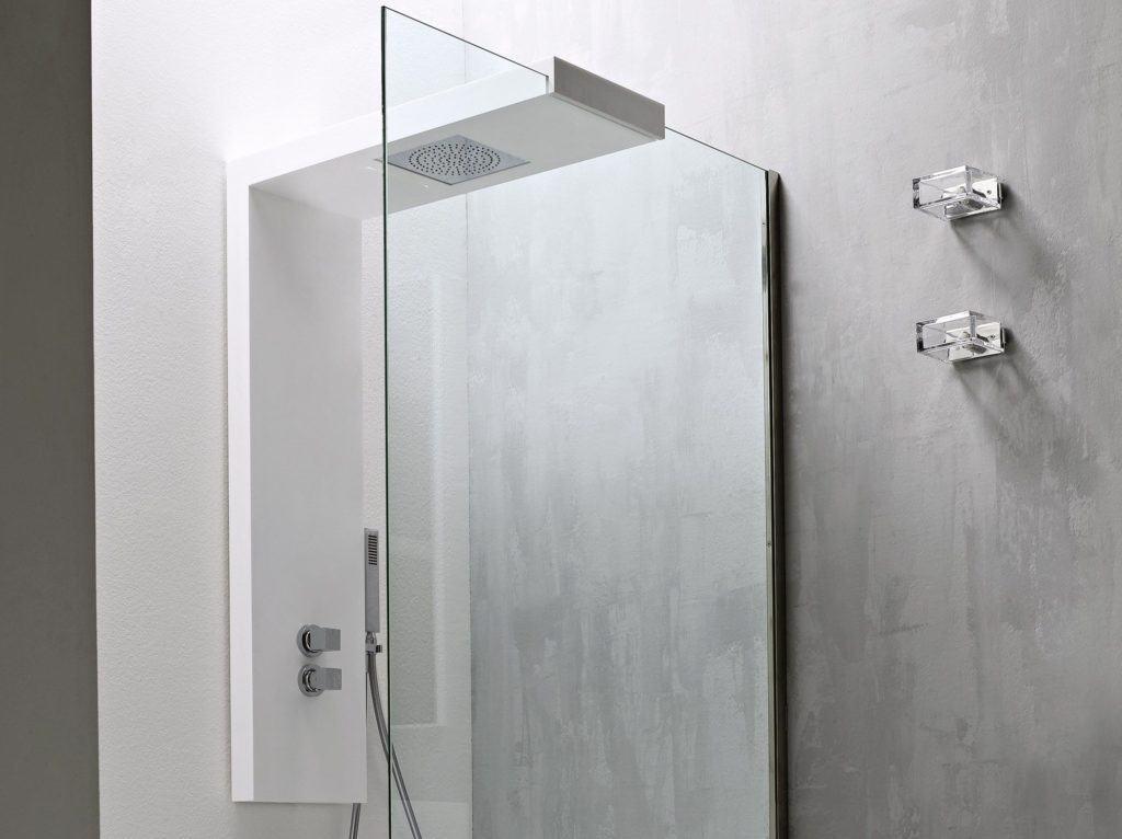 Una puerta de ducha de vidrio con un panel de ducha moderno blanco
