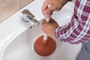Desatascar el lavabo del baño