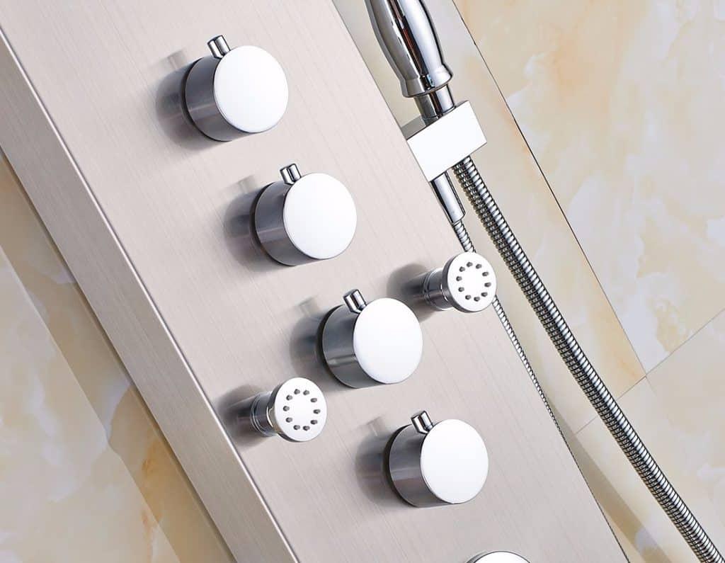 Cerca de un cuerpo de panel de ducha blanco con muescas de metal