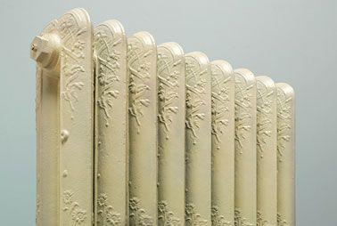Con movimientos rigurosos y amplios, usa pintura en aerosol para pintar un radiador y darle un nuevo brillo que hará juego con la decoración de la habitación.